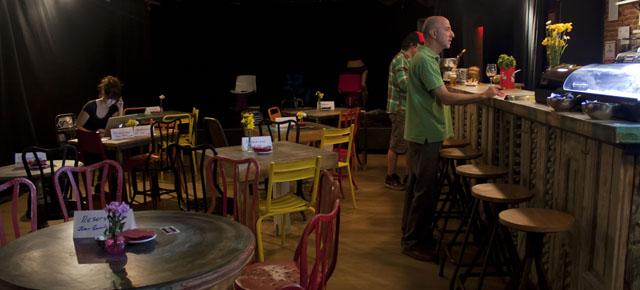 Se abre el tel n teatro bar for Calle loreto prado y enrique chicote